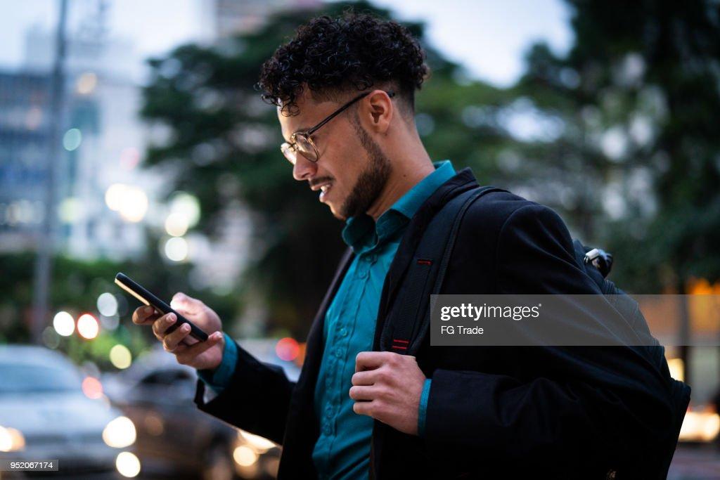 Homem de negócios ambulante : Foto de stock