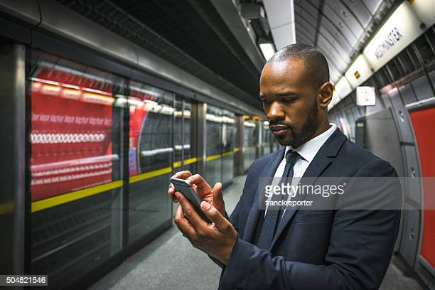 Business Mann am Telefon im Londoner U-Bahn-Station der metro