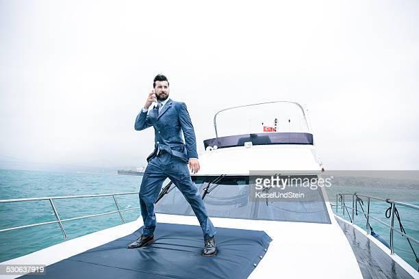 Business Mann auf yacht im Regen in Istanbul