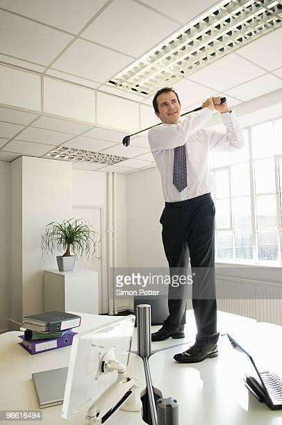 business man playing golf - golf lustig stock-fotos und bilder