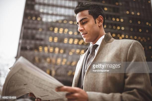 Homme d'affaires, lisant un journal sur manhattan