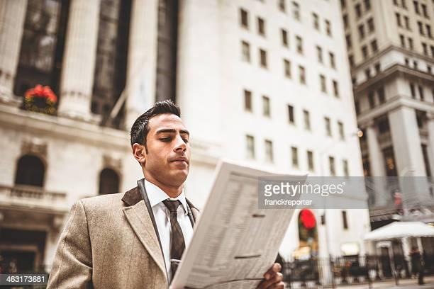 Homme d'affaires, lisant un journal sur wall street
