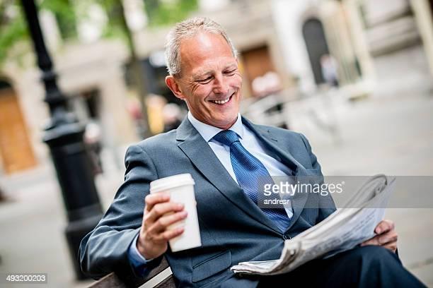 Business Mann liest Zeitung