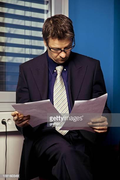 Relatórios Homem de Negócios de leitura