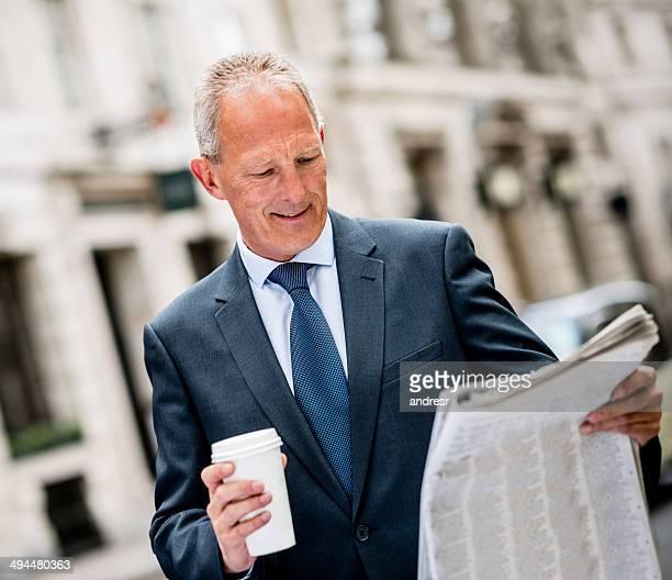 Business Mann liest die news