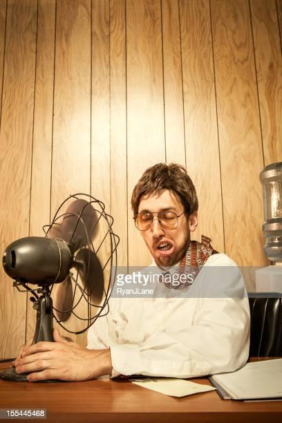 Homme d'affaires dormir au bureau avec ventilateur