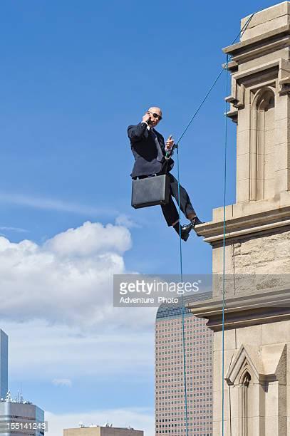 Business-Mann spricht am Telefon auf hohe Gebäude