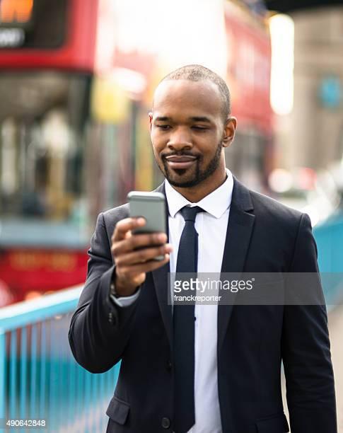 ビジネス男テキストメッセージで、ロンドンのタワーブリッジ