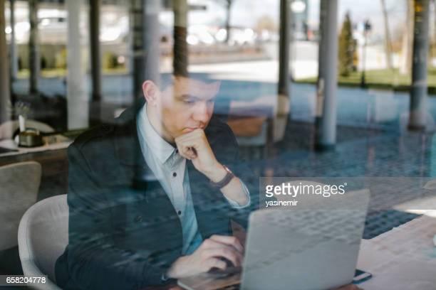 Zakenman met behulp van laptop