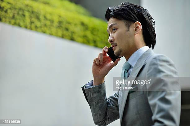business man using smartphone in buildings - exclusivamente japonés fotografías e imágenes de stock