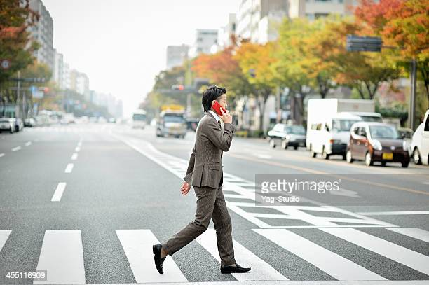 business man using the smartphone in the city - 横位置 ストックフォトと画像