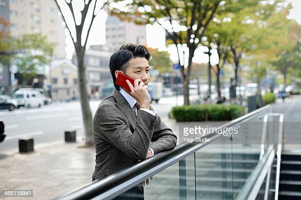 business man using the smartphone in the city - 日本人のみ ストックフォトと画像