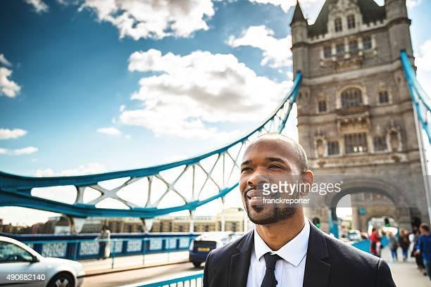 Business Mann zu Fuß von der tower bridge in London