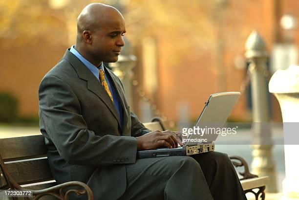 Homme d'affaires avec ordinateur portable