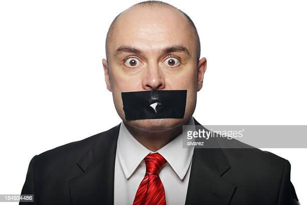 Un hombre de negocios con cinta en la boca