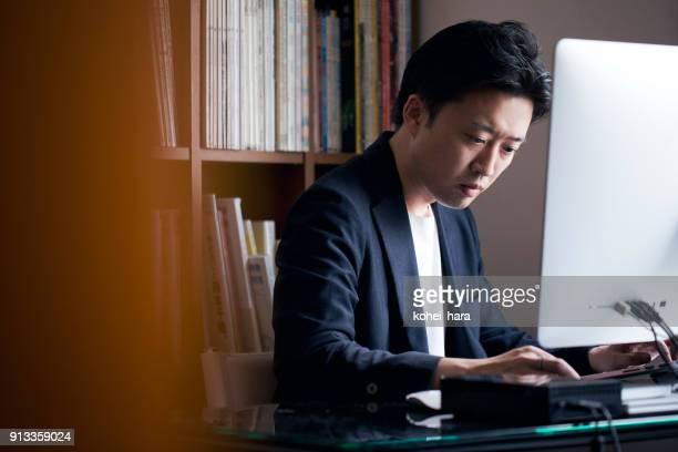 ビジネスの男性自宅勤務 - 大人のみ ストックフォトと画像