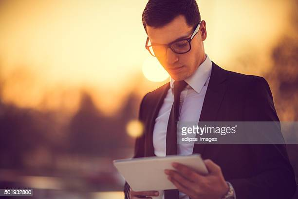 Un hombre de negocios trabajando en tableta digital