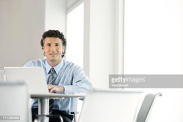 Business-Mann, arbeitet auf laptop