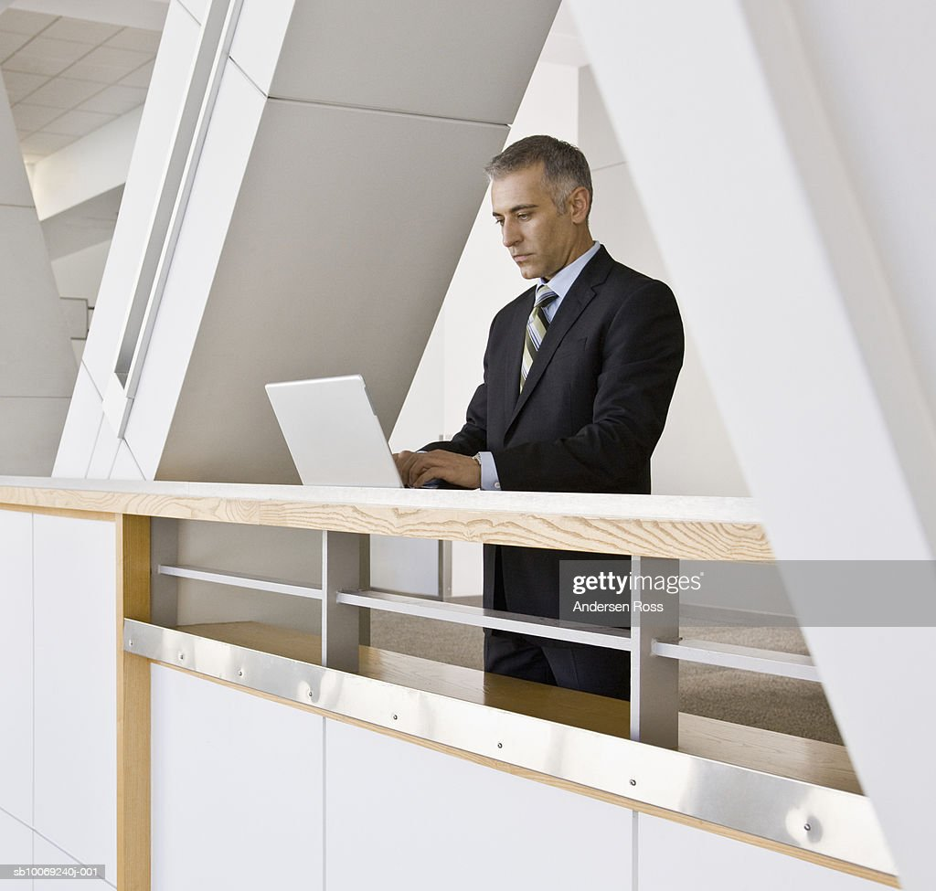 Business man working on laptop, side view : Stockfoto