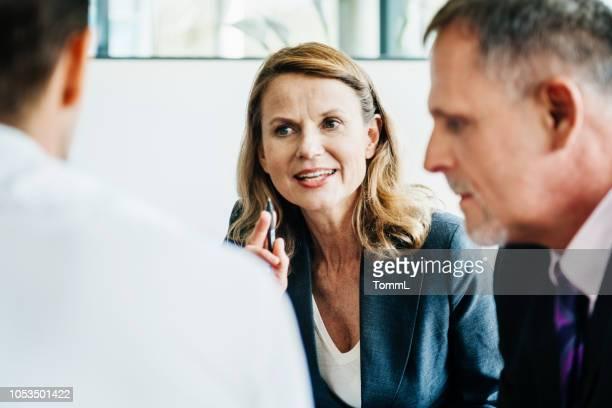 彼女のチームに話してビジネス マネージャー - 女性管理職 ストックフォトと画像