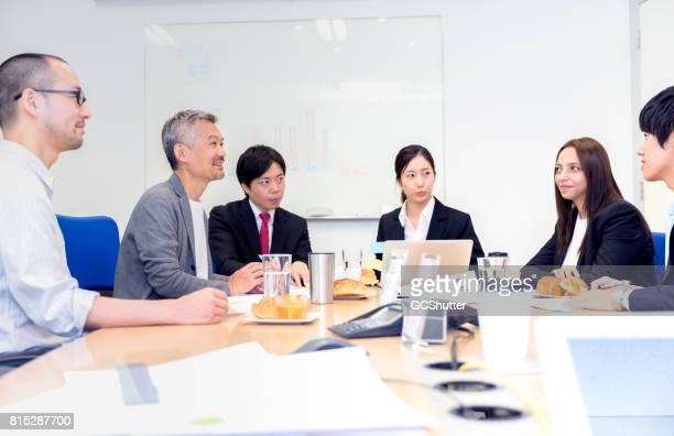 いくつかの日本のビジネス エグゼクティブや国際コンサルタントの間でのビジネス会議 - フランス料理 ストックフォトと画像
