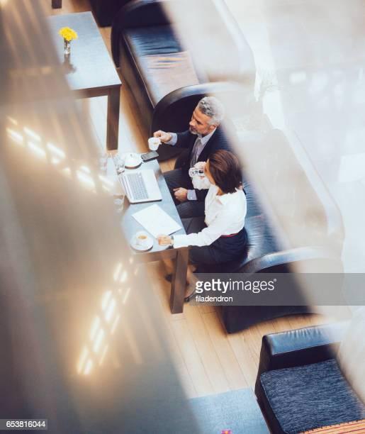 Réunion d'affaires dans le café