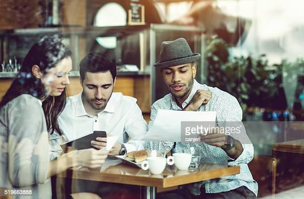 Réunion d'affaires dans le café-bar