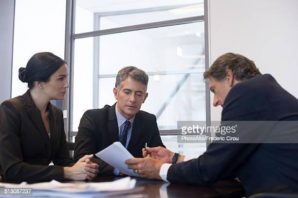 business meeting, business associates reviewing document - estabelecer uma ponte - fotografias e filmes do acervo
