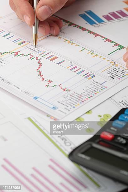 Business-Meeting, Mann die Hand zeigt auf Grafiken