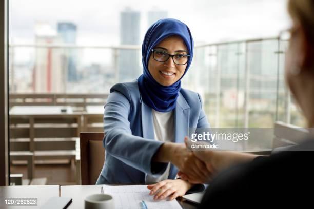 zakelijke vergadering - midden oosterse etniciteit stockfoto's en -beelden
