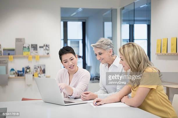 Business-meeting mit Multi ethnische Frau mit Laptop
