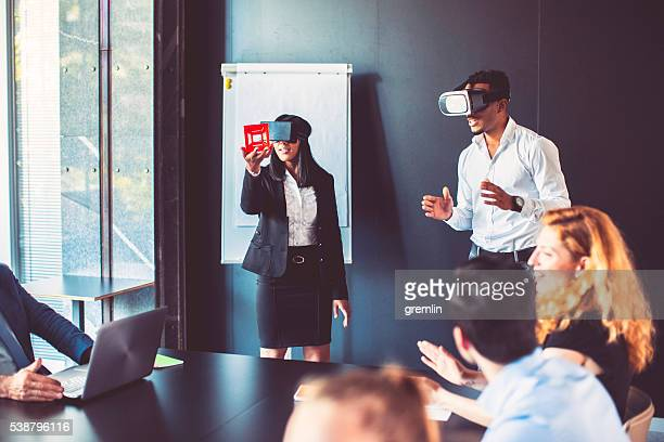 Business-meeting mit Virtual-Reality-simulator