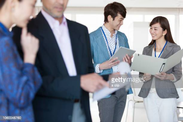 打ち合わせするビジネス男女 - ビジネスウェア ストックフォトと画像