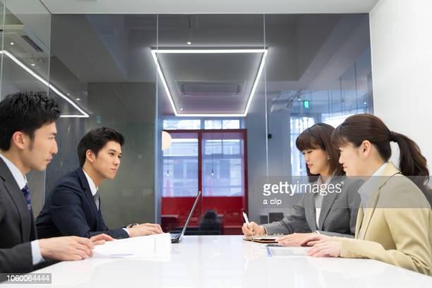 打ち合わせするビジネス男女 - ルーキー ストックフォトと画像