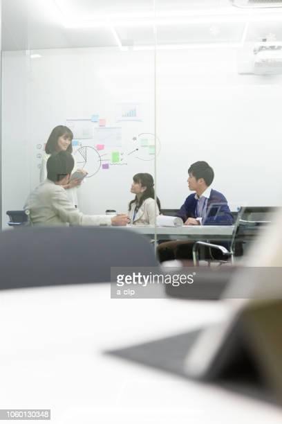 会議をするビジネス男女 - ルーキー ストックフォトと画像