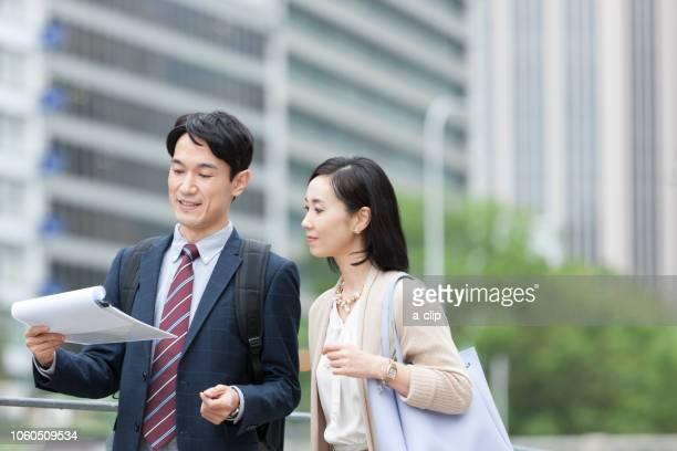 打ち合わせをするビジネス男女 - ビジネスウェア ストックフォトと画像