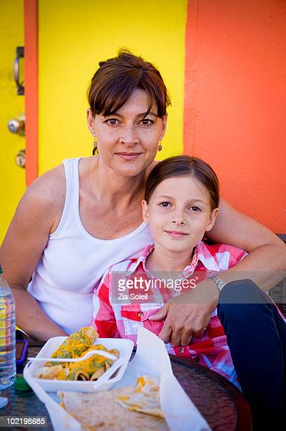 business mom and daughter share a cheap lunch - plastic plate - fotografias e filmes do acervo
