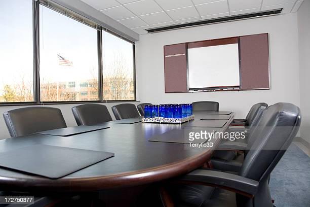 conferência de negócios na mesa de escritório na sala de conferência - terryfic3d imagens e fotografias de stock