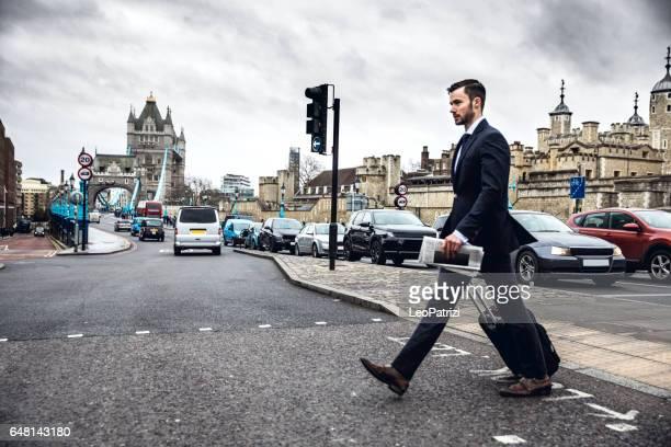 Unternehmen auf dem Sprung - Jungunternehmer im Bereich der Tower Bridge auf Geschäftsreise gehen