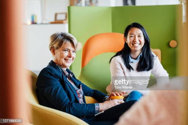 business owner meeting with some of her heads of staff - new business stock pictures, royalty-free photos & images