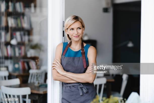 business owner standing in front of her coffee shop - unabhängigkeit stock-fotos und bilder