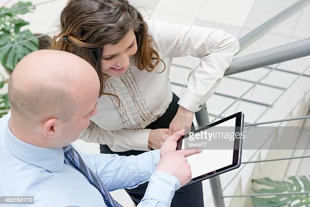 Parceiro de negócios olhar sobre tablet digital