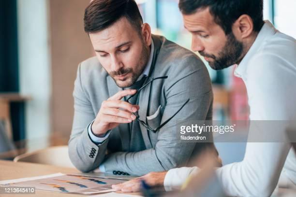 zakenpartners - medewerkerbetrokkenheid stockfoto's en -beelden