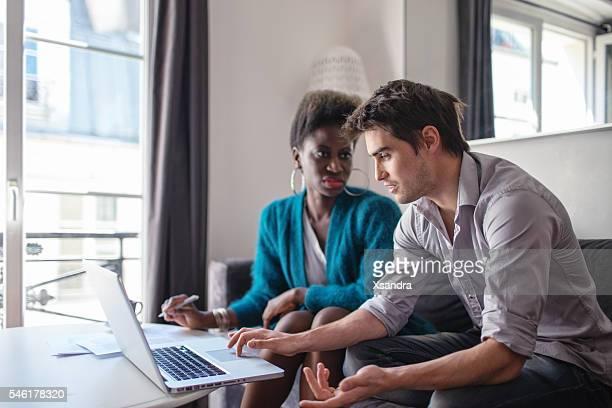 Partenaires d'affaires travaillant à la maison