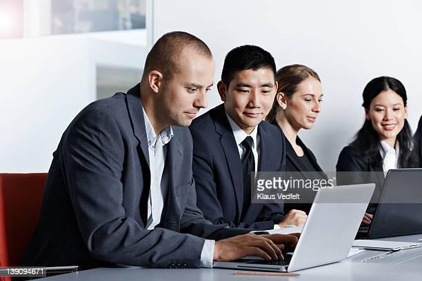 Business peoåle working at laptop