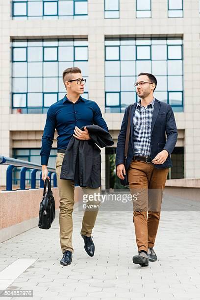 Uomini d'affari dopo il successo riunione vicino all'edificio moderno ufficio