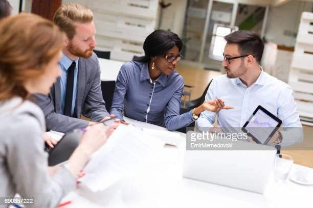 Geschäftsleute, die Analyse der finanziellen Diagramm mit financial analyst