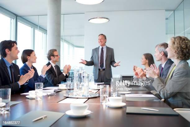 Business-Menschen Applaudieren Kollegen in den Meetingräumen