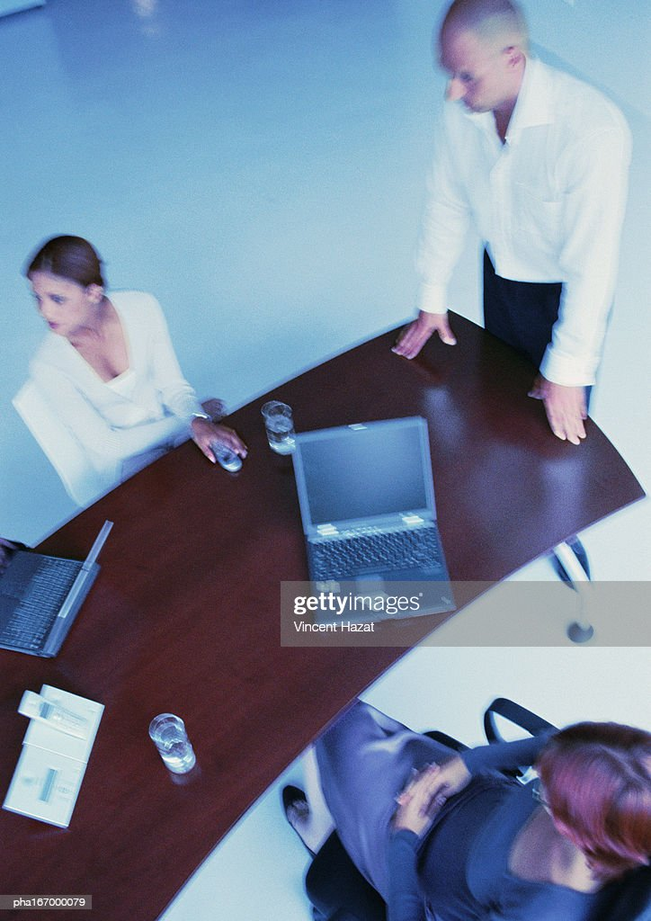 Business people around desk, elevated view : Stockfoto