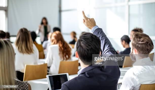 geschäftsleute auf einer konferenz - formelle geschäftskleidung stock-fotos und bilder